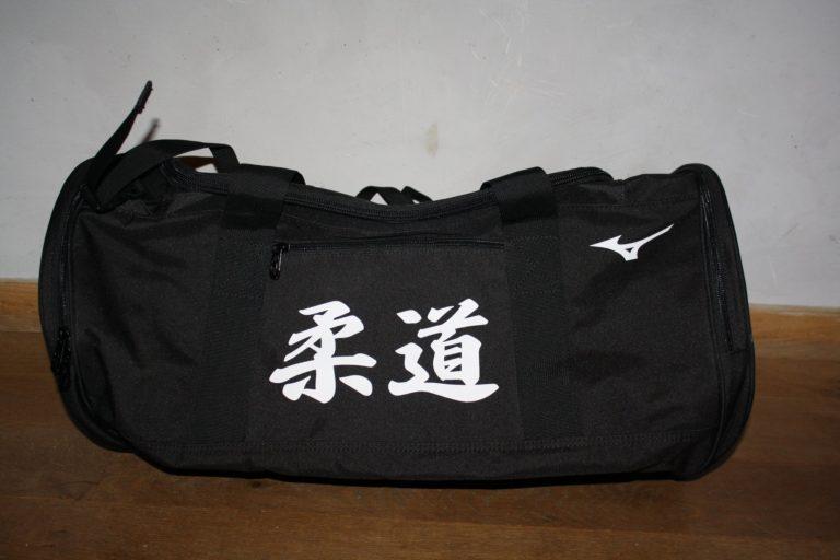 sac-de-sport-noir-cote-1