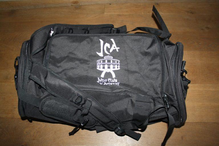 sac-de-sport-noir-cote-2